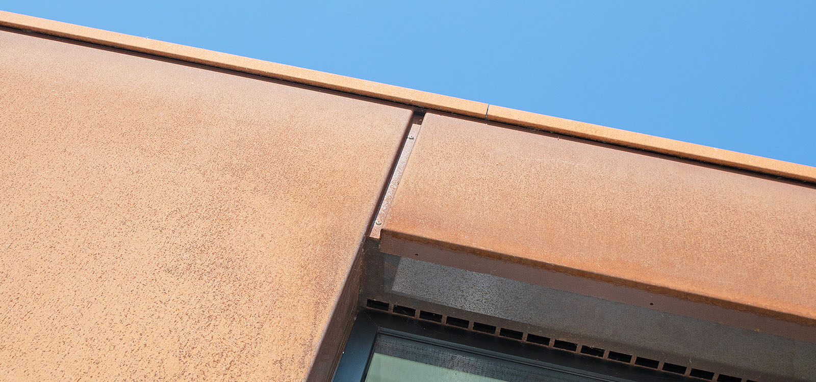 Close up waterwoning cortenstalen gevelbekleding